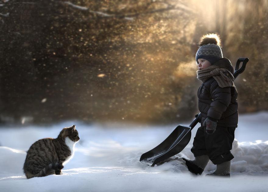 cool-animal-children-photography-Elena-Shumilova-shovel